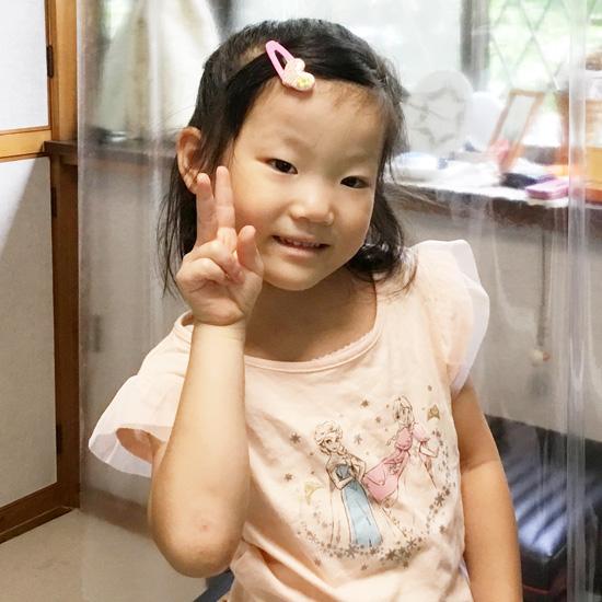 ピースをする女の子のピアノ生徒さんの写真